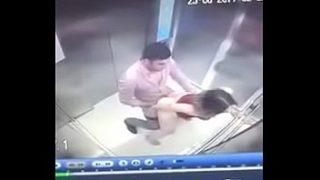 Sexo elevador com a namorada exitada