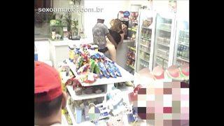Câmera de segurança em loja de conveniência flagra homem fodendo morena safada
