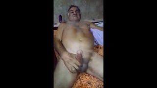 Idoso fazendo sexo oral