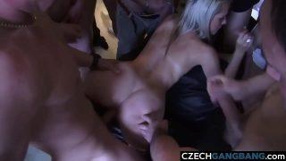 Varios homens chupando uma mulher