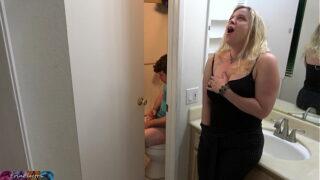 Mae e filho no banheiro
