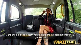 Mulher chupando pau e depois trepando gostoso no Fake Taxi