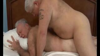 Velho gay gozando