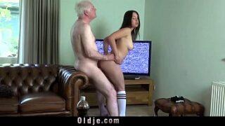 Novinha safadinha fazendo sexo com o coroa